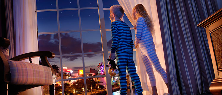 Kids-looking-out-of-window-for-a-DisneyView